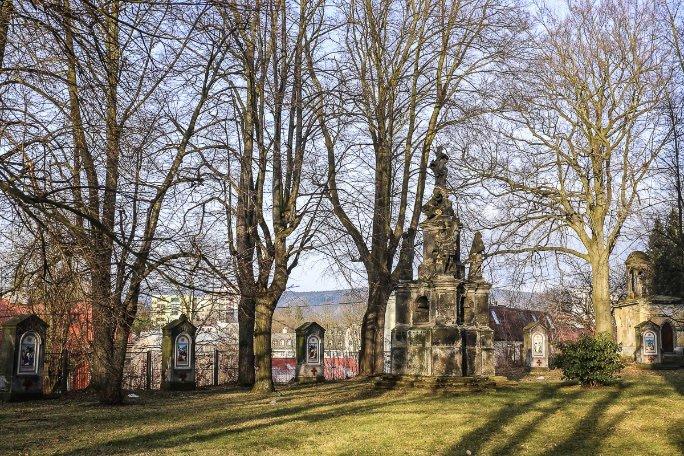 Barokní zahrada skřížovou cestou a Mariánským sloupem