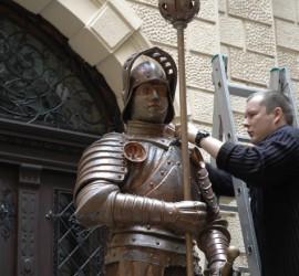 Kopie rytíře vatriu radnice, před umístěním na věž